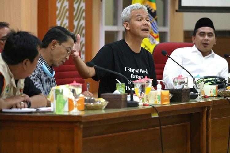 Gubernur Jateng Ganjar Pranowo saat memimpin rapat penyusunan rencana operasional penanggulangan Covid-19 bersama seluruh kepala dinas di lingkungan Pemprov Jateng, di Semarang, Minggu (22/3/2020).