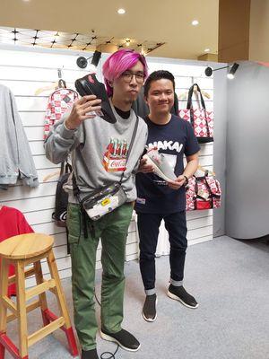 Pengamat sneaker Dr.Tirta (kiri) dan General Manager Wakai Johan Sebastian (kanan) di acara peluncuran koleksi kolaborasi Wakai dan Coca Cola di mal Kasablanka Jakarta (27/2).