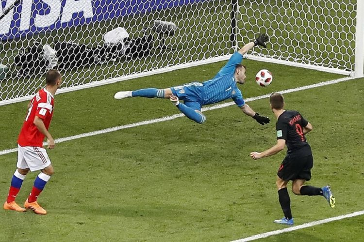 Andrej Kramaric menaklukkan Igor Akinfeev dalam pertandingan Rusia vs Kroasia pada babak 8 besar atau perempat final Piala Dunia 2018 di Sochi, 7 Juli 2018.