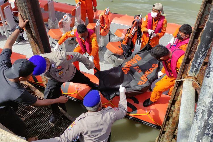 Ebakuasi jenazah Hamzah, salah satu penumpang KM Safina 2, Hamzah nekat terjun ke laut demi menyelamatkan diri dari amukan penumpang lain saat berada di perairan Tanjung Pasir Tarakan Kaltara. 5 penumpang mendapat luka tusuk dalam peristiwa ini