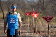 Ikuti Jejak Putri Diana, Pangeran Harry Berjalan di Ladang Ranjau Angola