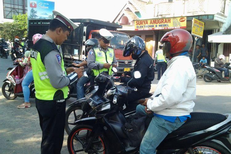 Lantas Polres Kendal Jawa Tengah, saat gelar operasi patuh Candi di Jalan Raya Kaliwungu Kendal. Kompas.Com/ Slamet Priyatin