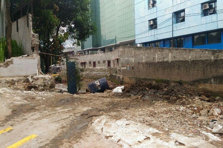 Kondisi tembok Hotel Neo yang dihancurkan untuk akses alat berat mengeruk Kali Krukut.
