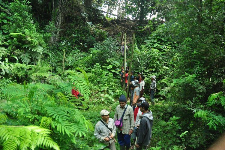 Warga Dusun Duren melakukan patroli hutan untuk mengusir kera liar.