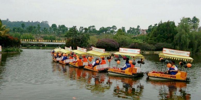 Sejumlah pengunjung saat menaiki perahu wisata Pos Indonesia di Floating Market, Lembang, Kabupaten Bandung Barat, Minggu (26/3/2017).