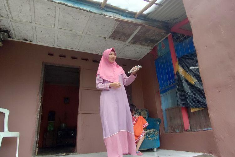 Foto-foto Trena Mustika (24), kakak kandung kembar Treni Fitri Yana (24), yang berpisah selama 20 tahun bersama ayah dan kakaknya di rumah keluarganya Kampung Cipaingeun, Kelurahan Sukamaju Kaler, Kecamatan Indihiang, Kota Tasikmalaya, Senin (19/10/2020).