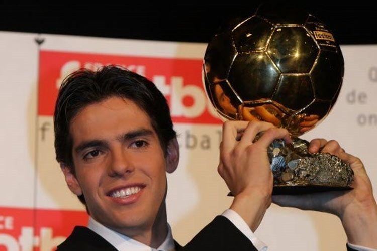 Kaka saat menerima trofi Ballon dOr 2007.