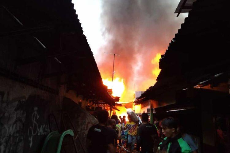 Suasana saat kebakaran di Kelurahan Mesjid, Kecamatan Medan Kota dan Kelurahan Aur, Kecamatan Medan Maimun pada Selasa (6/7/2021) pagi. Sebanyak 18 rumah toko dan rumah warga hangus terbakar. Tidak ada korban jiwa dalam kebakaran tersebut.
