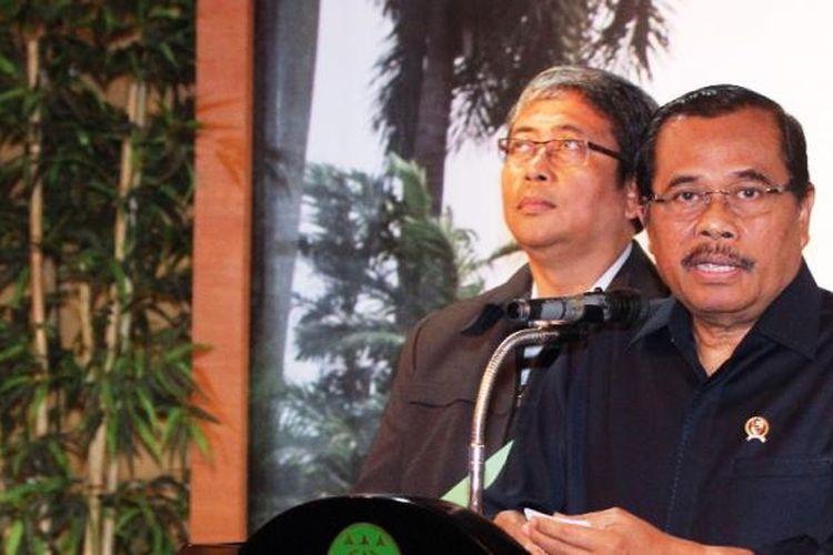 Jaksa Agung HM Prasetyo (kanan) memberikan keterangan pers terkait eksekusi mati 6 terpidana narkoba di Kantor Kejaksaan Agung, Jakarta, Minggu (18/1/2015).