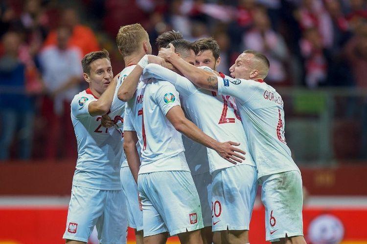 Penyerang timnas Polandia, Arkadiusz Milik, merayakan gol bersama rekan-rekannya pada pertandingan Polandia vs Makedonia Utara dalam kualifikasi Euro 2020 di Warsawa, 13 Oktober 2019.