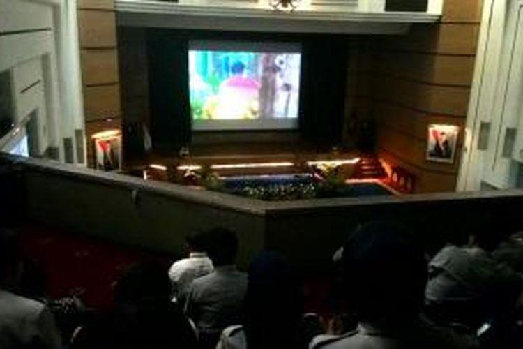 Pegawai Kementerian Perhubungan menonton film dokumenter di Ruang Mataram, Kemenhub, Jakarta, Selasa (9/12/2014).