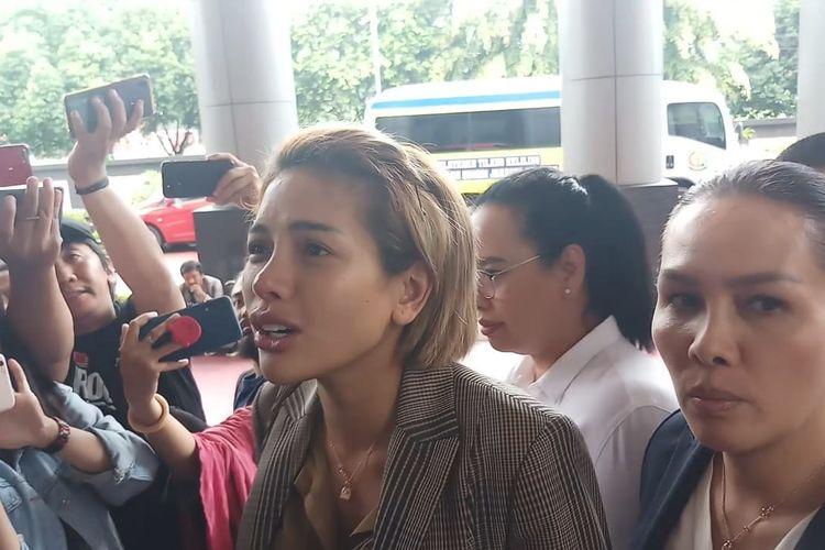 Tersangka Nikita Mirzani saat tiba di Kejaksaan Negeri Jakarta Selatan, Senin (3/2/2020)