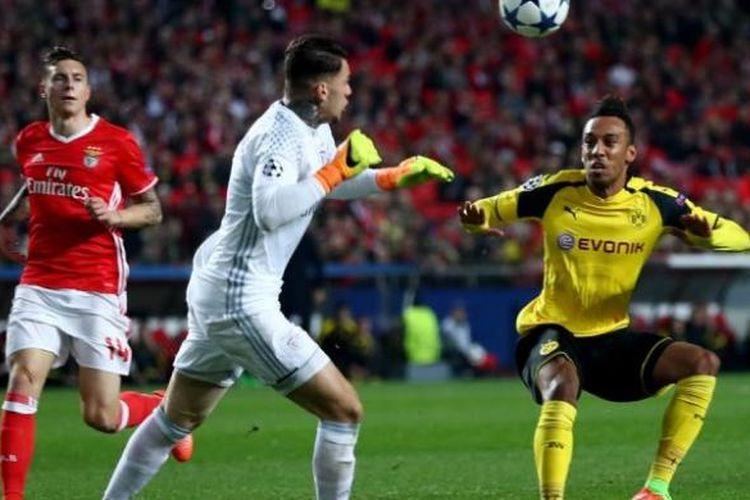 Striker Borussia Dortmund, Pierre-Emerick Aubameyang (kanan), berhadapan dengan penjaga gawang Benfica, Ederson Moraes, dalam pertandingan leg pertama babak 16 besar Liga Champions di Portugal, Selasa (14/2/2017).