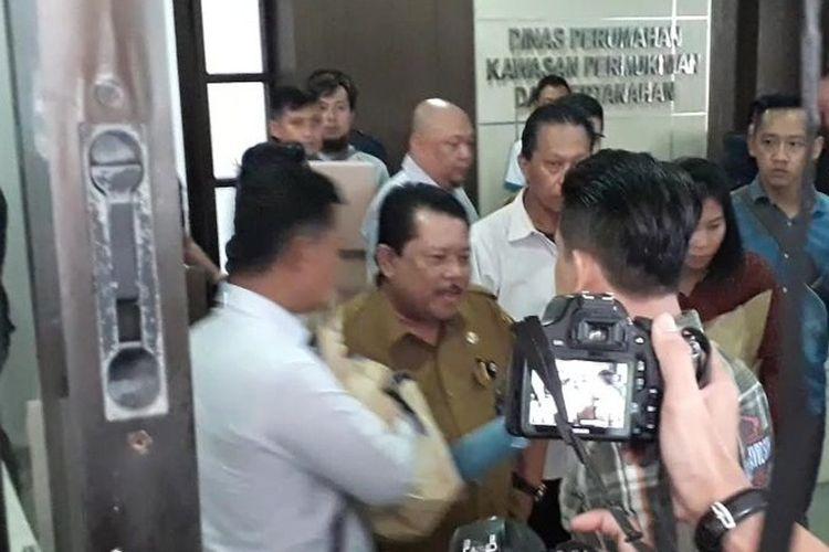 Sekretaris Dinas Perumahan Kawasan Pemukiman dan Pertanahan (Sekdis PKPP) Kabupaten Bogor, saat diamankan Satreskrim di kantornya, Cibinong, Bogor, Jawa Barat, pada Selasa (3/3/2020) sekitar pukul 16.00 WIB