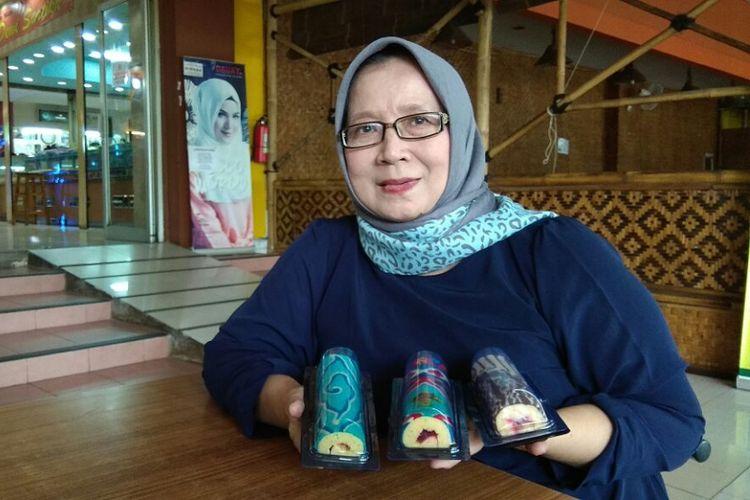 Siswaty Elfin Bachtiar memamerkan karya bolu batik buatannya saat ditemui KompasTravel di Depok, Jawa Barat, Selasa (10/10/2017). Siswaty mengaku bisa membuat bolu dengan motif batik dari Aceh hingga Papua.