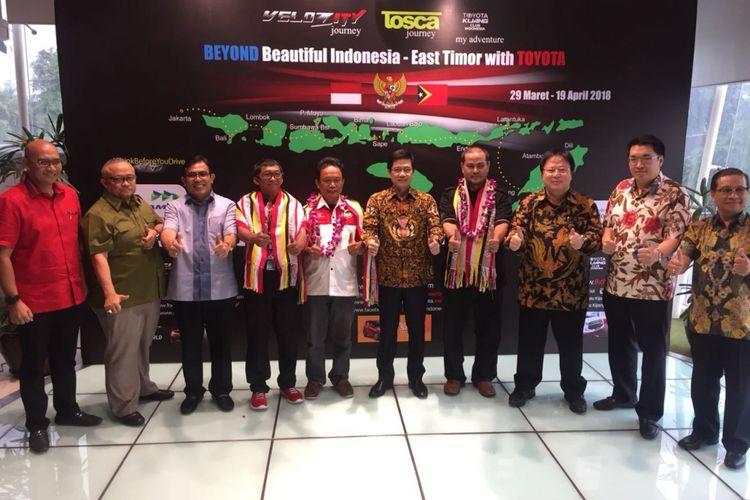 Pejabat Toyota Astra Motor dan Auto2000 bersama tim touring Beyond Beautiful Indonesia, Veloz Community (Velozity), Toyota Kijang Club Indonesia (TKCI), dan Toyota Sienta Community Indonesia (Tosca).