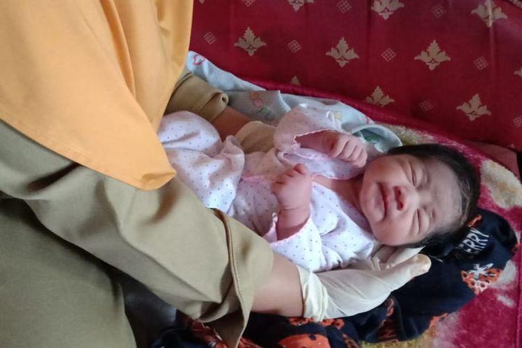 Bayi yang ditemukan warga di tengah sawah ini dirawat di Puskesmas Krucil.