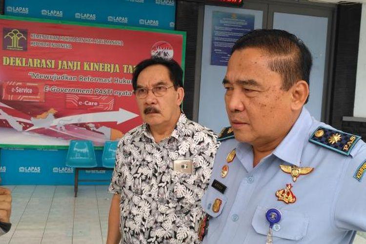 Terpidana Antasari Azhar datang ke Lapas Tangerang disambut Kepala Lapas Tangerang Arpan, Rabu (25/1/2017). Antasari meminta penjelasan terkait grasi dari Presiden Joko Widodo yang terbit pada Senin (23/1/2017) kemarin.