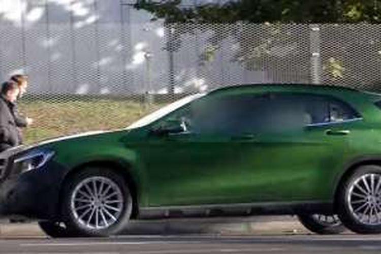 Spyshot Mercedes-Benz GLA facelift yang mendapatkan ground clearance lebih tinggi.