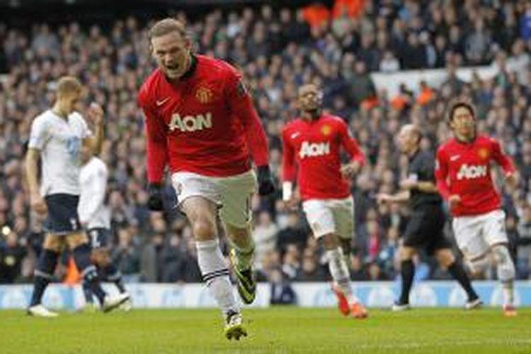 Penyerang Manchester United Wayne Rooney merayakan gol keduanya (dari dua) ke gawang Tottenham Hotspur, pada pertandingan Premier League, di White Hart Lane, Minggu (1/12/2013).