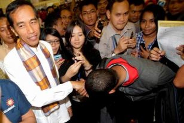 Gubernur DKI Jakarta Joko Widodo, disambut antusias oleh pengunjung acara Kompas Karier Fair di Balai Kartini, Jakarta, Jumat (30/8/2013).