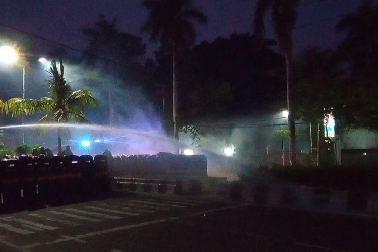 Polisi menembakan gas air mata ke arah peserta aksi di depan Kampus Unud, Kamis malam.