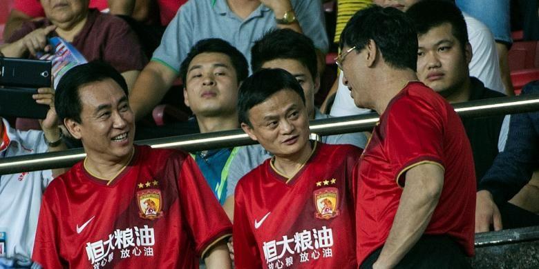 Chairman Alibaba Group, Jack Ma (tengah), menyaksikan partai antara Guangzhou Evergrande dan Sydney Wanderers pada perempat final Liga Champions Asia di Stadion Tianhe, 27 Agustus 2014.