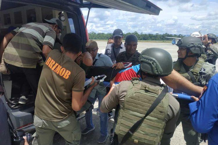 Korban ketika dinaikan ke mobil ambulans setelah dievakuasi dari Nduga ke Timika, Sabtu (11/1/2020).