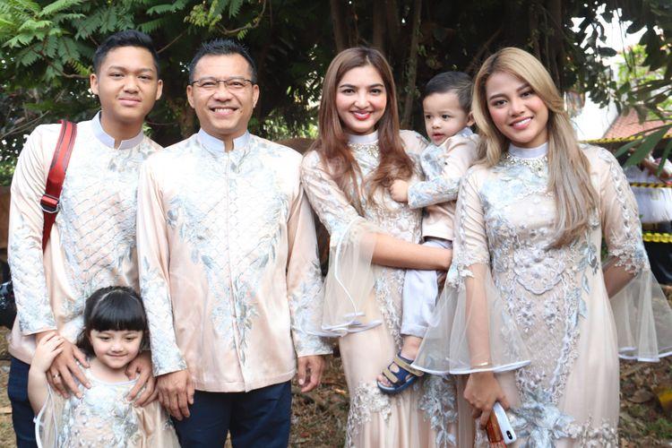 Keluarga Anang Hermansyah dan Ashanty Siddik saat merayakan Hari Raya Idul Adha di kediamannya di kawasan Cinere, Depok, Jawa Barat, Rabu (22/8/2018).