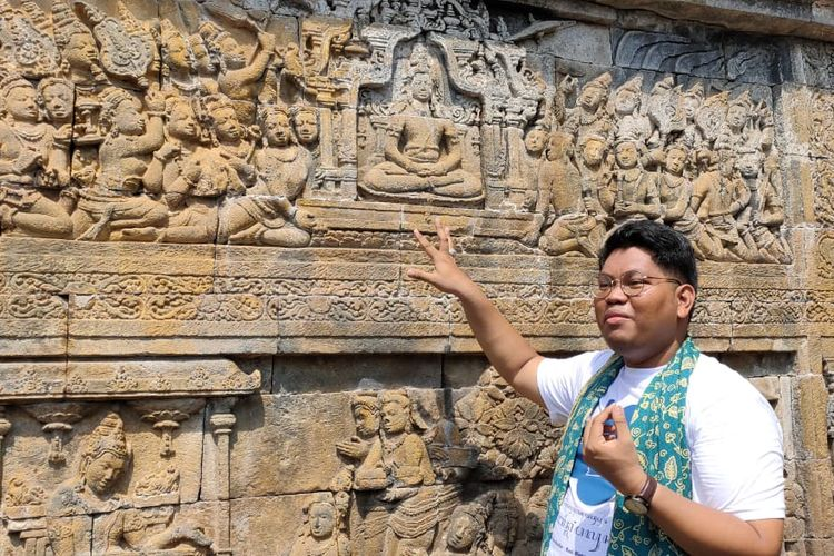 Louie Buana, salah satu tim ahli penyusun narasi legenda Borobudur UGM di Candi Borobudur menceritakan kisah relief di salah satu bagian Candi Borobudur.