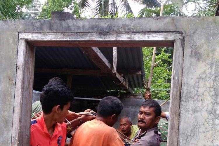 Warga mengevakuasi Hanafiah (45) dari dalam sumur miliknya di Desa Paya Tengoh, Kecamatan Simpang Keramat, Kabupaten Aceh Utara, Selasa (25/2/2020).