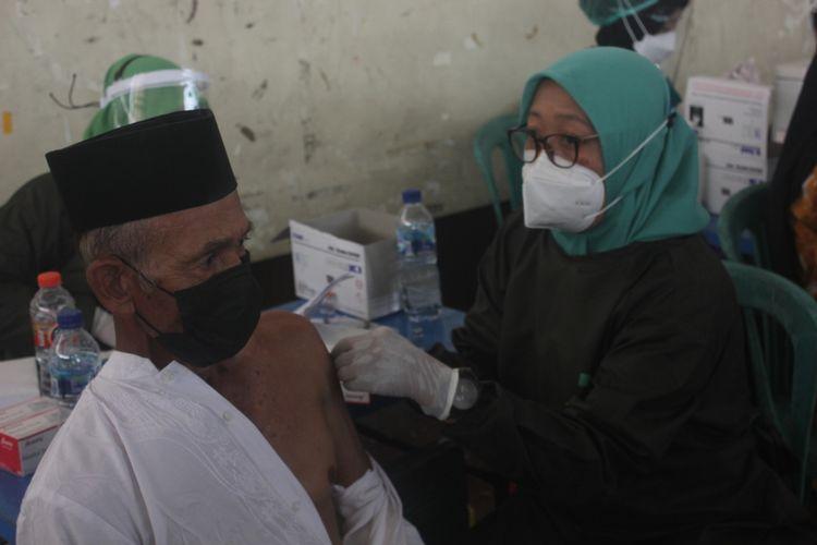 Dekatkan layanan vaksin kepada lansia, pemkab Magetan gelar vaksinasi di desa. Di Magetan baru 25 persen lansia yang telah mendapat layanan vaksin dari 103.000 lebih jumlah lansia yang ada di Magetan.