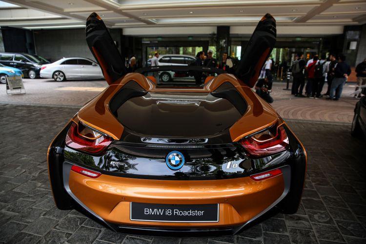 Mobil sport BMW First-ever BMW i8 Roadster terlihat di Jakarta, Rabu (17/10/2018).