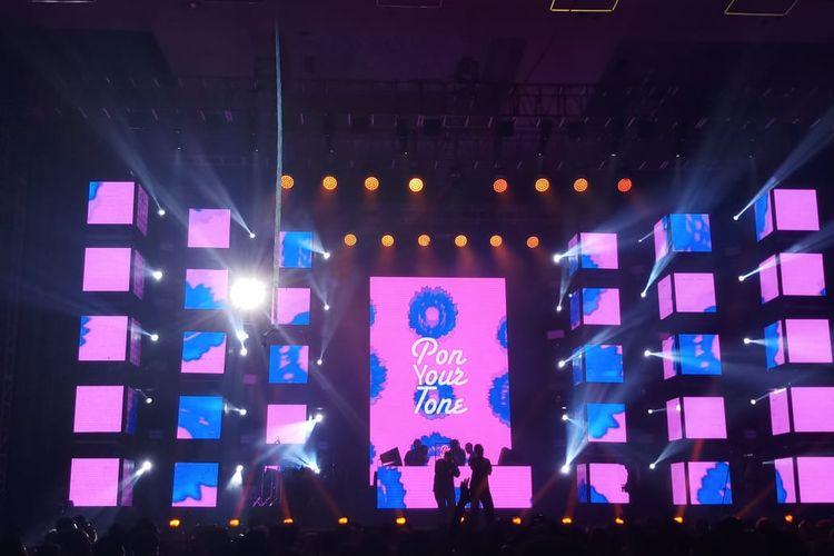 Suasana panggung Neon Jungle saat Pon Your Tone (PYT) Soundsystem tampil dalam Djakarta Warehouse Project (DWP) 2019 di JExpo Kemayoran, Jakarta Pusat, Minggu (15/12/2019).