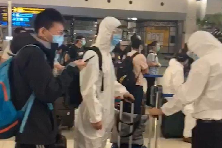 Tangkapan layar video bernarasikan ketibaan tim medis asal China di Indonesia yang beredar di media sosial.