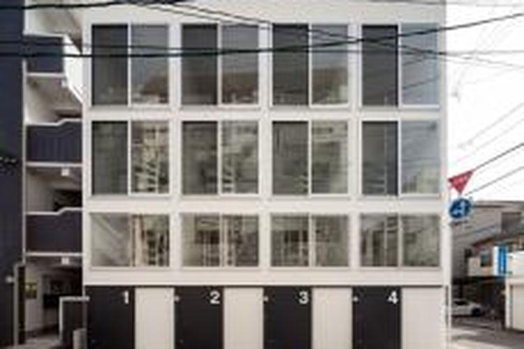 Fasad depan hunian terdiri dari jendela besar di tiga tingkat teratas, sementara eksteriornya dipercantik dengan model pintu geser.