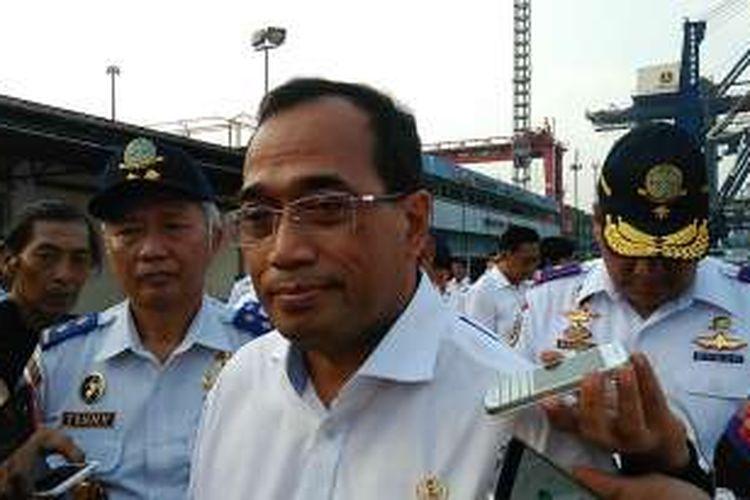 Menteri Perhubungan (Mehub) Budi Karya Sumadi saat melakukan peninjauan ke Pelabuhan Tanjung Priok Jakarta Utara, Minggu (6/11/2016).