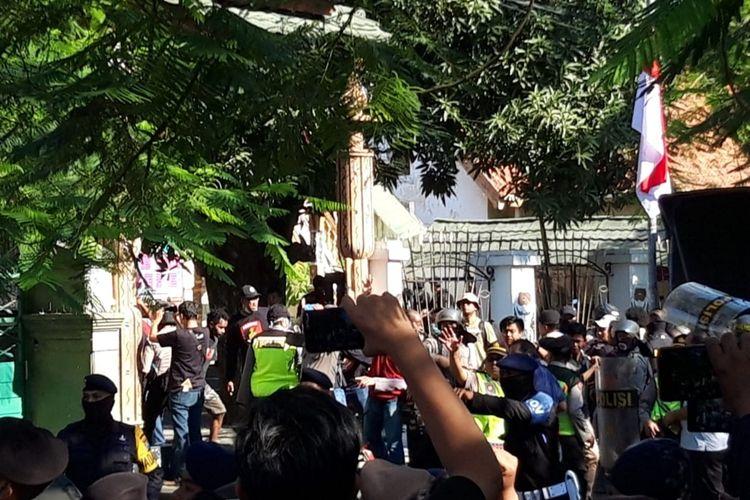 Sejumlah polisi menggunakan perisai mendobrak dan menjebol pintu pagar Asrama Papua Surabaya di Jalan Kalasan, Surabaya, Jawa Timur, Sabtu (17/8/2019).