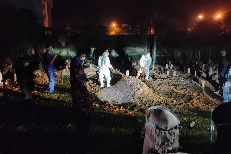 Pemakaman mantan Gubernur Sumatera Selatan periode 2008 Mahyuddin di Tempat Pemakaman Umum (TPU) Kebun Bunga Palembang, Jumat (9/4/2021). Mahyuddin tutup usia setelah menjalani perawatan di rumah sakit selama 10 hari akibat terpapar Covid-19.