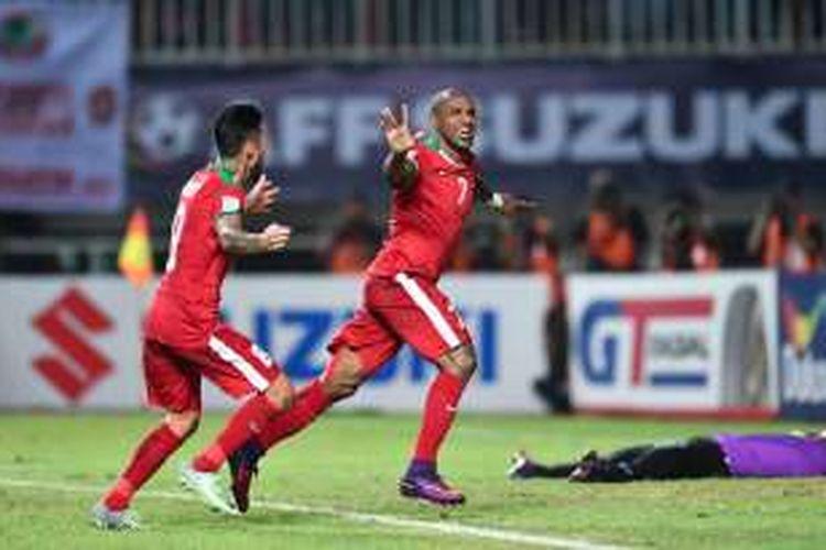 Boaz Solossa merayakan gol Indonesia ke gawang Vietnam pada semifinal Piala AFF 2016 di Stadion Pakansari, Sabtu (3/12/2016).