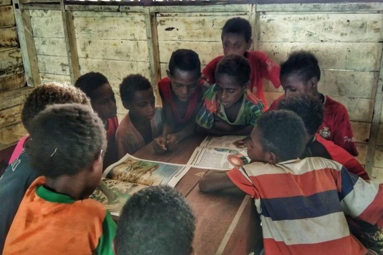 Akifitas murid SD di kampung Kaibusene, Kabupaten Mappi Papua.
