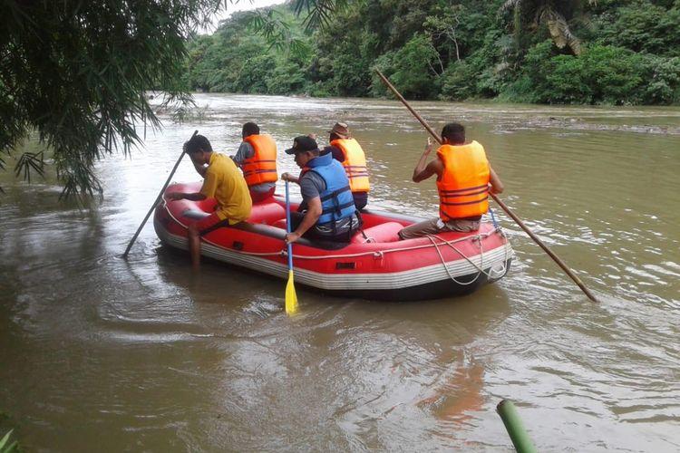 Korban banjir Solok Selatan, Sumatera Barat ditemukan tewas mengambang di Sungai Muaro. Bungo, Jambi, Selasa (10/12/2019)