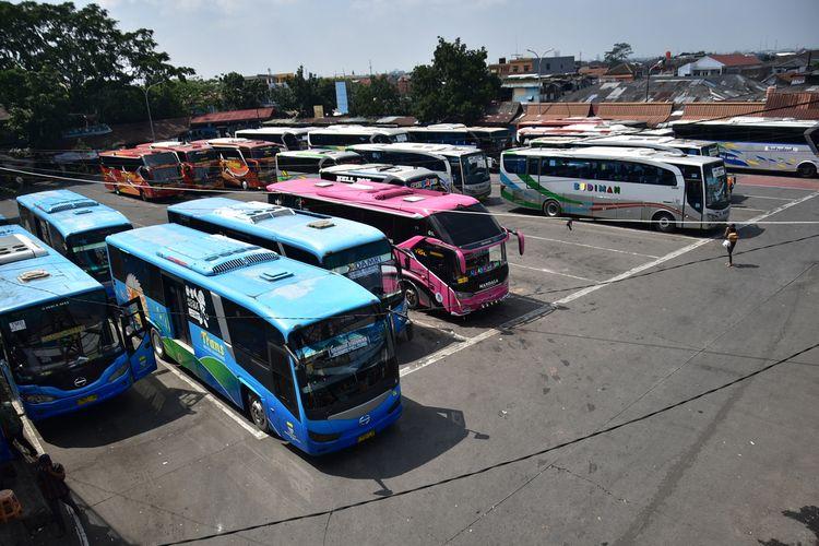 Suasana Terminal Cicaheum Bandung terlihat sepi penumpang saat pandemi covid-19.