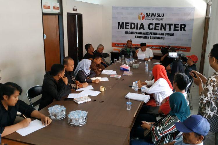 Belasan warga Desa Cilengkrang, Wado, Sumedang, Jawa Barat saat melaporkan dugaan kecurangan pada Pemilu 2019 ke Bawaslu Sumedang, Senin (22/4/2019) siang. AAM AMINULLAH/KOMPAS.com