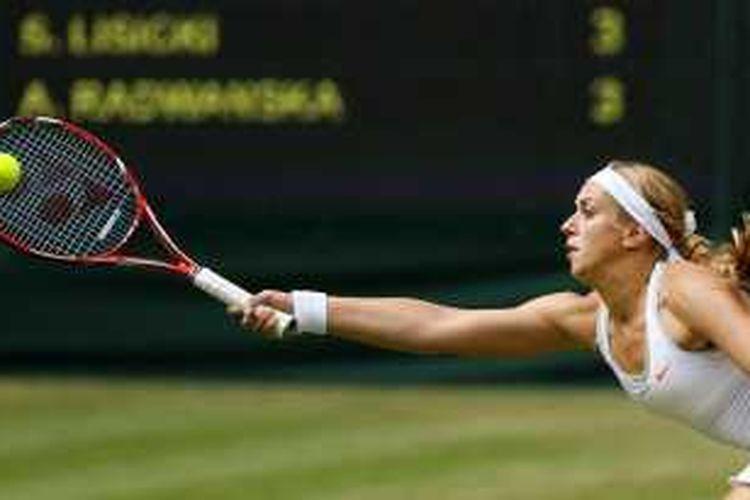 Petenis Jerman, Sabine Lisicki, mengembalikan bola Agnieszka Radwanska dari Polandia, saat bertemu di semifinal turnamen Grand Slam Wimbledon, Kamis (4/7/2013).