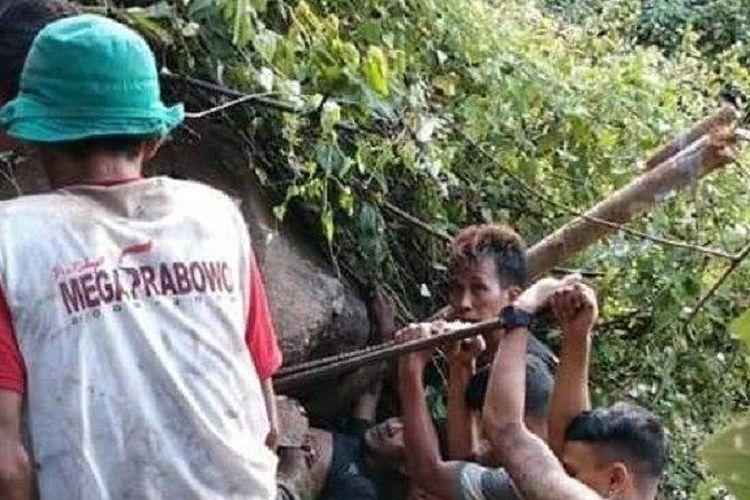 Proses evakuasi pencari pohon serut Ahmad Satiri alias Ambon (37) warga Banjardowo RT 01 RW 05, Desa Purworejo, Kecamatan/Kabupaten Wonogiri di perbukitan Bulu, Kabupaten Sukoharjo hingga Senin (1/6/2020) dini hari pukul 01.00 WIB. (Tribun Solo/Istimewa)