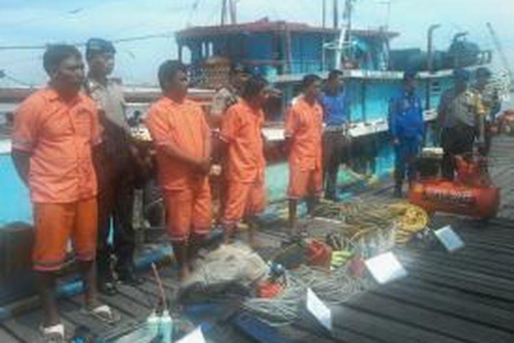 Polair Polda Sulselbar menggelar delapan kasus illegal fishing di kantornya di Jl Pasar Ikan, Makassar, Jumat (28/3/2014).