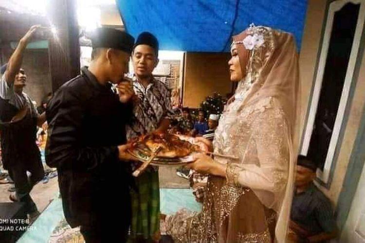 Suasana serah terima maskawin ayam panggang pasangan Syamsul Hadi dengan Nurhayati