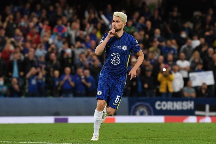 Gelandang Chelsea Jorginho berselebrasi usai mencetak gol penalti ke gawang Villarreal pada laga Piala Super Eropa 2021 di Stadion Windsor, Belfast, Irlandia Utara, Kamis (12/8/2021) dini hari WIB.