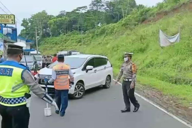 Petugas Satlantas Polres Tasikmalaya Kota bersama anggota TNI dan unsur pemerintahan setempat memaksa putar balik kendaraan yang hendak balik ke kota besar dan yang memaksa mudik setelah Lebaran di Pos Gentong, Tasikmalaya, Rabu (27/5/2020).